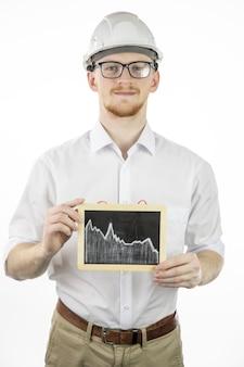 De tablet van de de ingenieursholding van de mijnbouw met dalende grafiek, bekijkt camera met glimlach