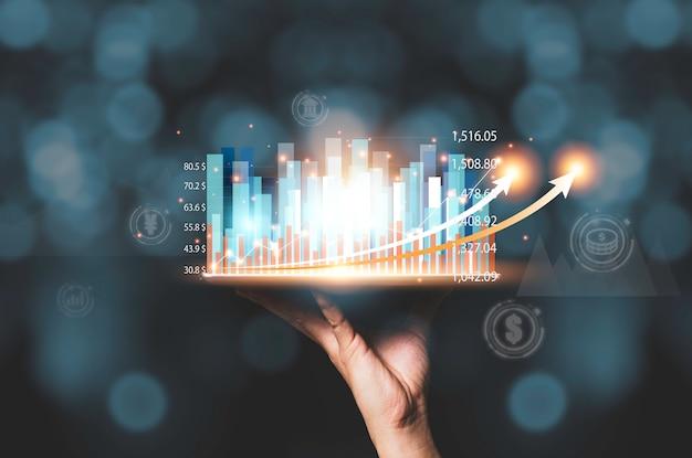 De tablet van de zakenmanholding met virtuele statistiekhologramgrafiek en grafiek.