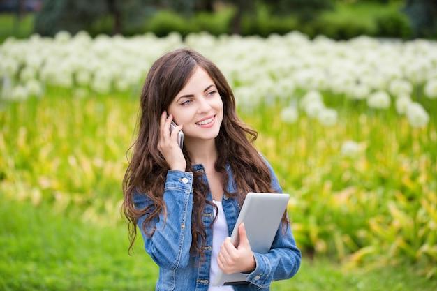 De tabletcomputer van het meisje en het glimlachen