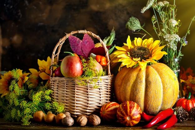 De tafel, versierd met groenten en fruit.