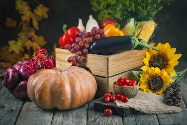 De tafel, versierd met groenten en fruit