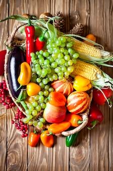 De tafel versierd met groenten en fruit