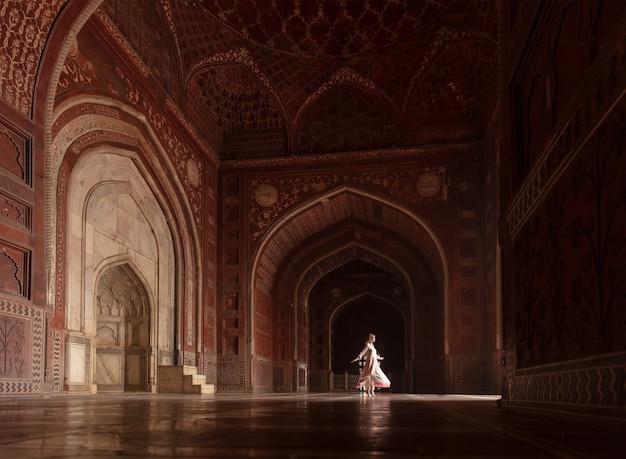 De taj mahal in agra india dansende vrouw in de poorten