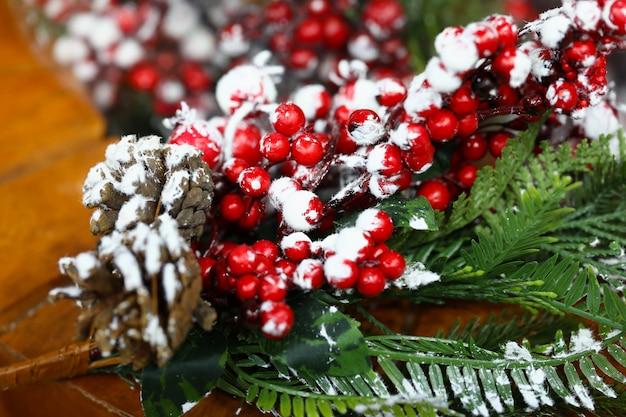 De takjeskegels en sneeuw van het kerstmistakje.