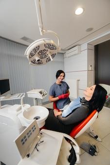 De tandarts voert een onderzoek en overleg met de patiënt uit. tandheelkunde.
