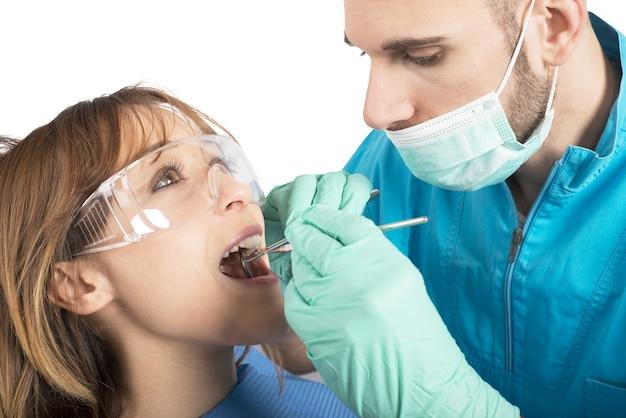 De tandarts zorgt voor een reiniging van de tanden