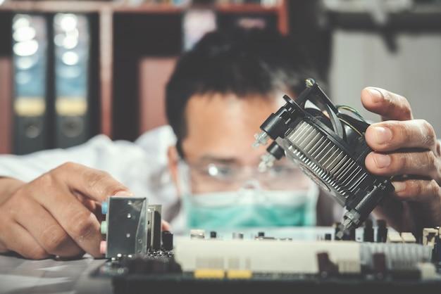 De technicus die de computer, computerhardware, reparatie, upgrade en technologie repareert