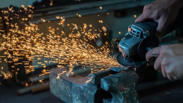 De technicus maalt het ijzer met een handmolen.