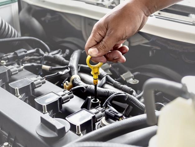 De technicus werkt in de autodienst