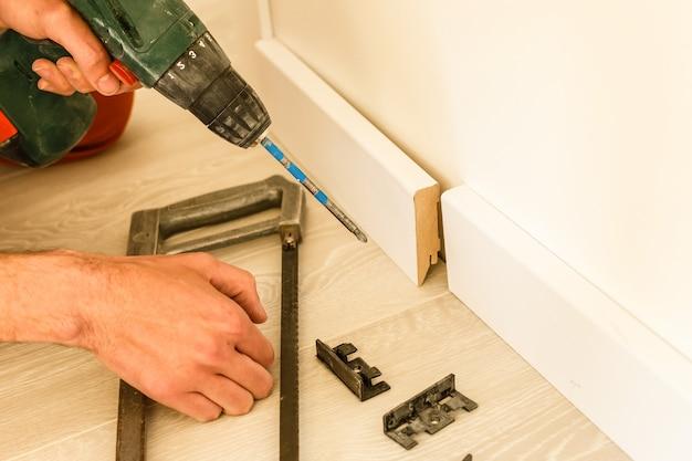 De technologie van installatie en installatie van kunststof vloerplint - passende plint in de hoek