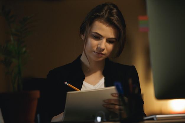 De tekening van de vrouwenontwerper in bureau