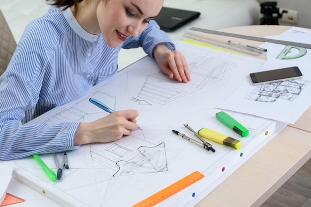 De tekening van het ontwerp van het nieuwe gebouw, de architect aan het werk