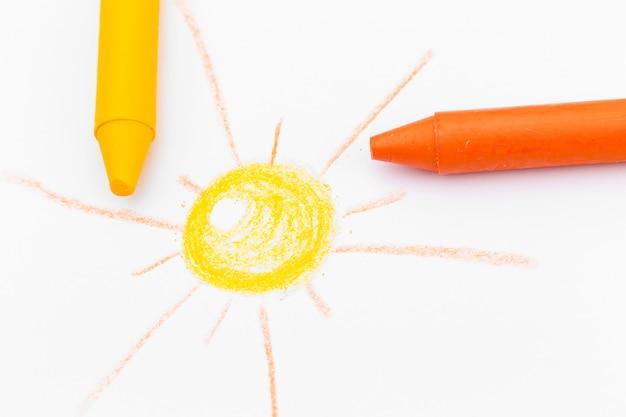 De tekening van kinderen met gekleurde waspotloden dicht omhoog