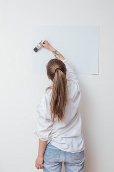 De tekeningsbeeld van de kunstenaar op papier op muur