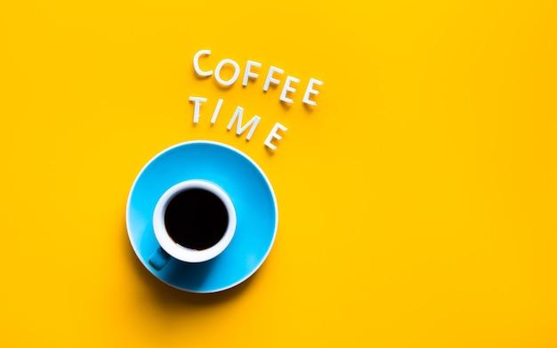 De tekst van de koffietijd met kop op kleurrijke achtergrond. verfrissing en drankconcepten