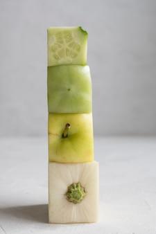 De tekst vitamine is geschreven op houten kubussen met tabletten op kubussen. hoge kwaliteit foto.
