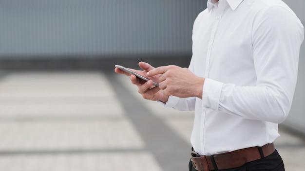 De telefoon van de bedrijfsmensenholding dicht omhoog