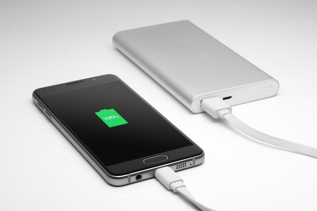 De telefoon wordt opgeladen. volledig opladen. smartphone.