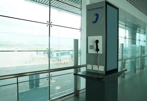 De telefooncel bevindt zich in de wachtruimte op de luchthaven