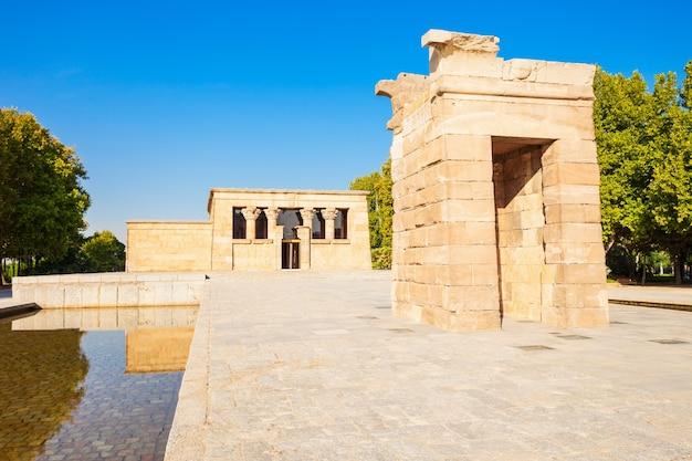 De tempel van debod of templo de debod is een oude egyptische tempel die werd herbouwd in madrid, spanje. Premium Foto