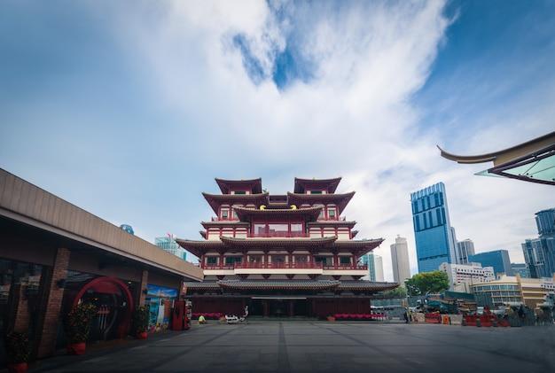 De tempel van het de tandoverblijfsel van boedha bij dag in de stad van china, singapore.