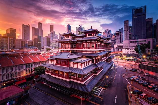 De tempel van het de tandoverblijfsel van boedha bij zonsopgang in de stad van china, singapore.