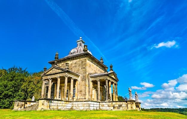 De tempel van het four winds-meer bij castle howard in north yorkshire - engeland, vk