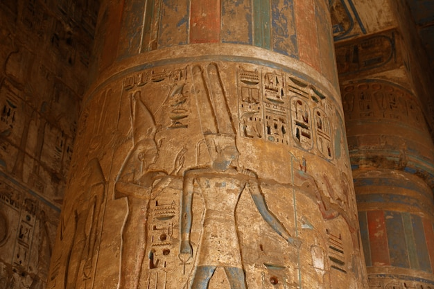 De tempel van medinet habu in luxor, egypte