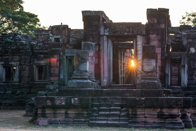 De tempels van de angkorstijl en oude khmer ruïnes in phimai, thailand. backlight sunburst sun star.