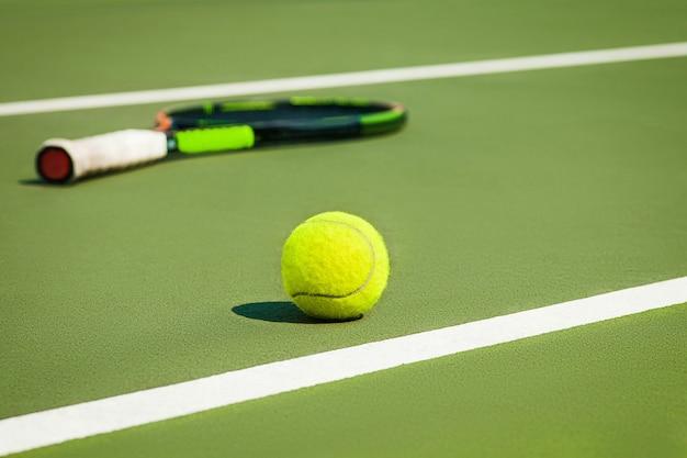 De tennisbal op een tennisbaan
