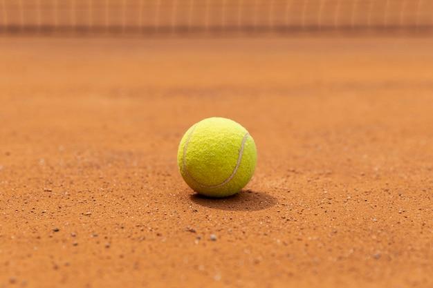 De tennisbal van de close-up op hofgrond