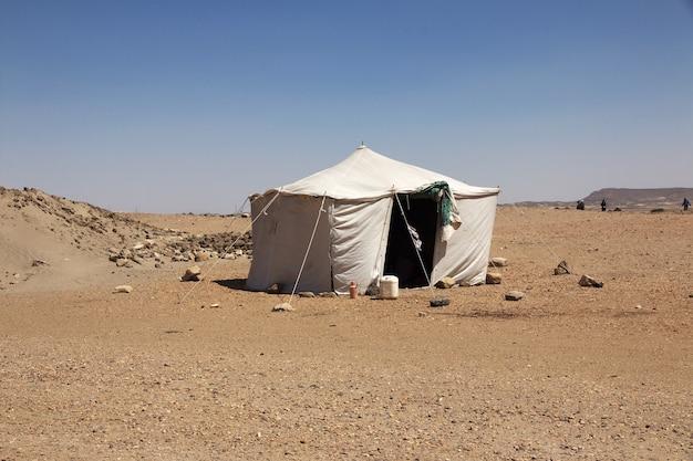 De tent van archeologen in soedan