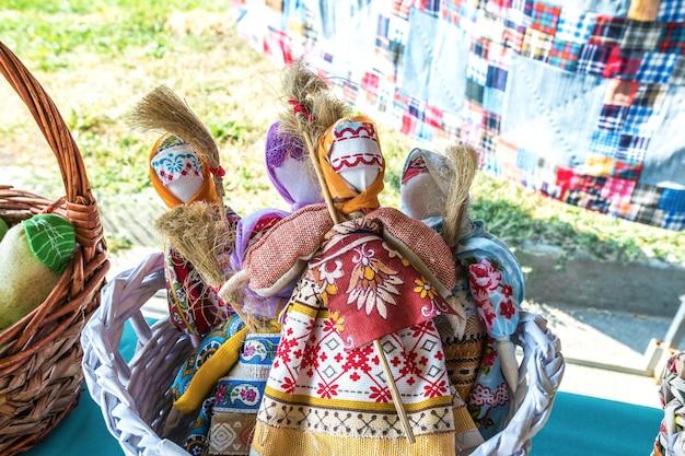 De tentoonstelling verkoopt poppensamuletten ter bescherming tegen boze geesten oude volksamuletten