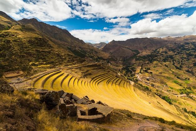 De terrassen van inca in pisac, heilige vallei, peru