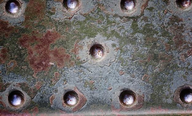 De textuur is metaalachtig. industriële achtergrond van een oud roestig metaal. gestructureerde metaalachtergrond met roestbarsten.