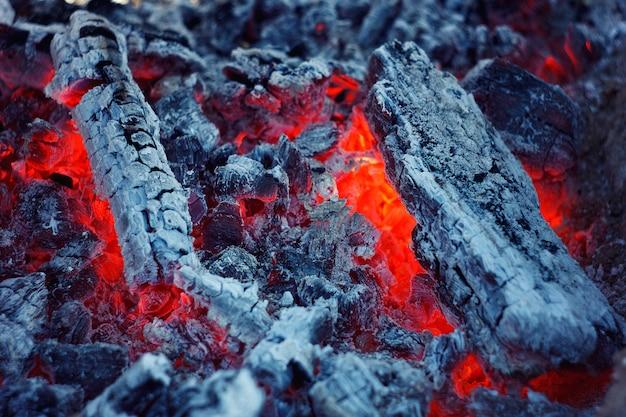 De textuur van brandende kolen. abstracte achtergrond brandende steenkolen.