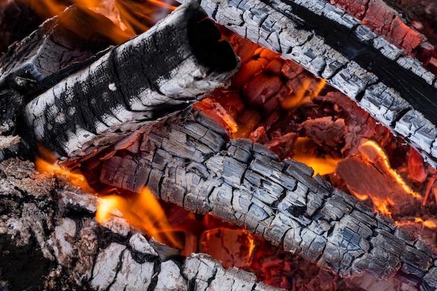 De textuur van brandhout in de vlam