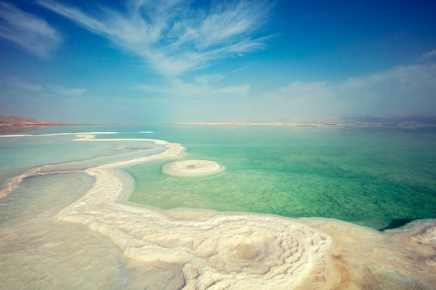 De textuur van de dode zee. zoute kust. israël