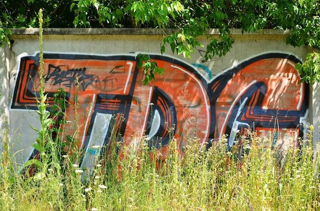 De textuur van de muur met graffiti, die erop is afgebeeld. het beeld van de volledige en complete graffiti van de tekening als hulpmiddel voor het ontwerpen van 3d-projecten