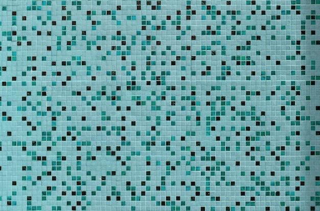 De textuur van de muur, versierd met een mozaïek van verschillende
