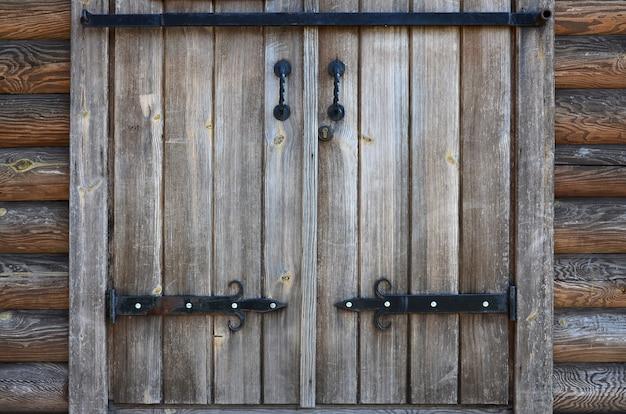 De textuur van een antieke houten deur uit de 16e en 17e eeuw