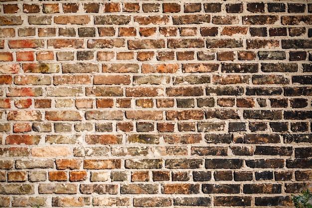 De textuur van een bakstenen muur bedekt met zwarte roet.