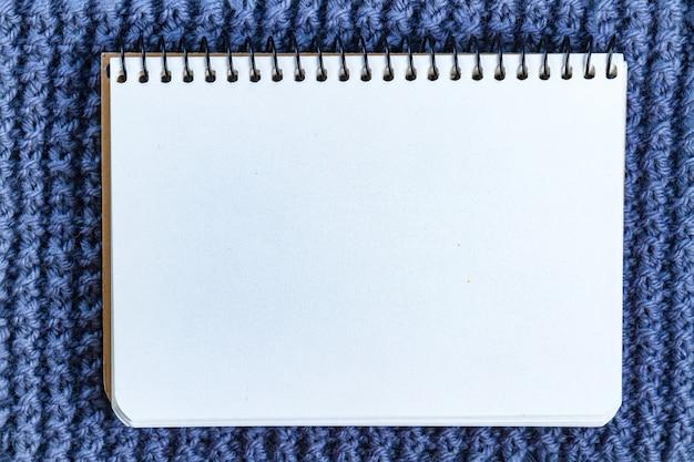 De textuur van een blauw gebreid garen. kopieer ruimte