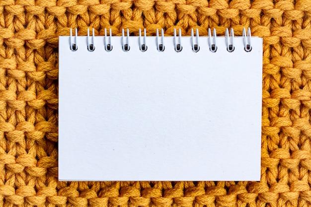 De textuur van een geel gebreid garen. gebreide en winterkleren. kopieer ruimte