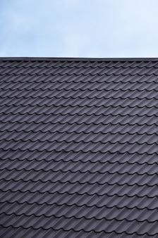 De textuur van het dak van geschilderd metaal
