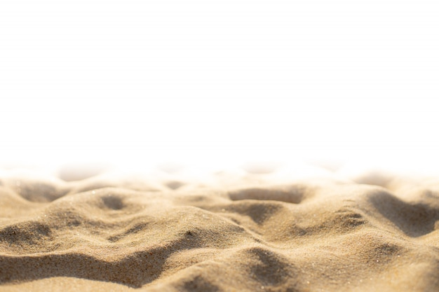 De textuur van het strandzand op witte achtergrond