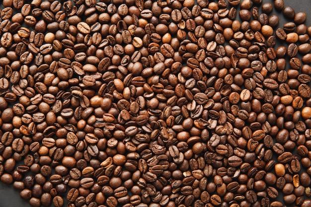 De textuur van koffiebonen, bruine achtergrond voor ontwerp. saint valentine's day-kaart op 14 februari, vakantieconcept.