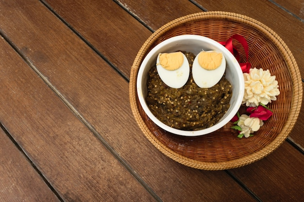 De thaise aubergine van het voedselpond met gekookt ei in witte kop en jasmijnslinger