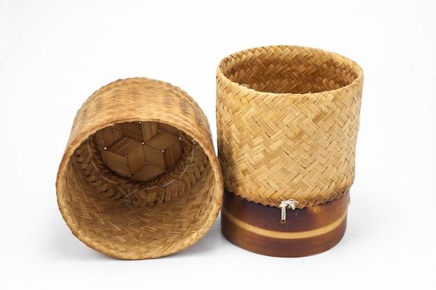 De thaise container van de het bamboe kleverige rijst van laos die op wit wordt geïsoleerd