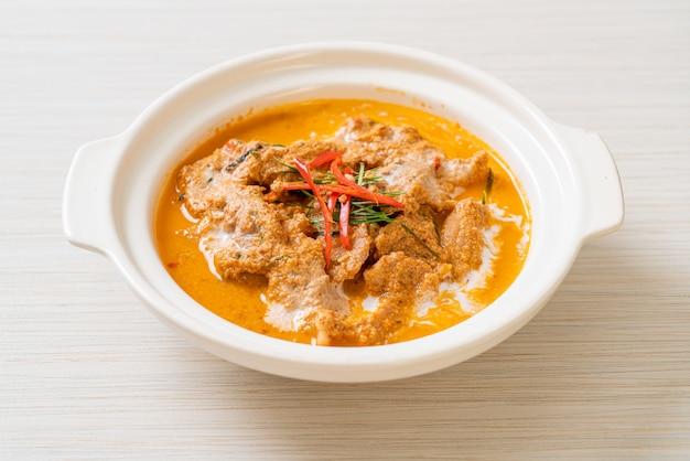 De thaise kerrie van de maaltijduitrusting panang met varkensvlees, thaise voedselstijl